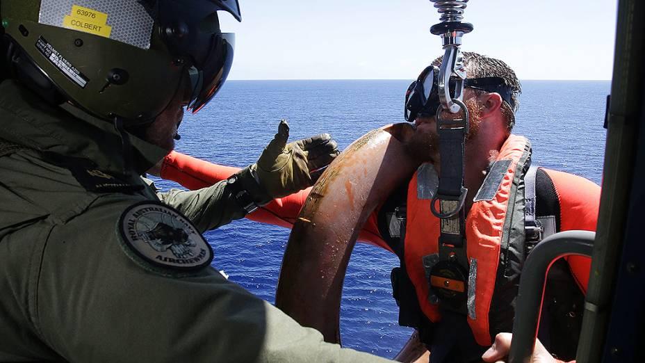 <p>Imagem divulgada nesta sexta-feira (11), mergulhador da Marinha australiana se prepara para começar as buscas pelo voo MH370 no oceano Índico</p>