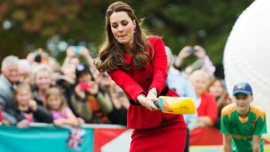 Kate Middleton, duquesa de Cambridge, joga cricket, em evento preparativo para Copa do Mundo de Cricket, que será realizada na Nova Zelândia em 2015