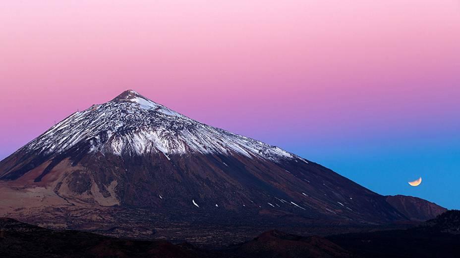 <p>Eclipse lunar em Tenerife na Espanha, fotografado durante o amanhecer próximo ao observatório de Izaña</p>