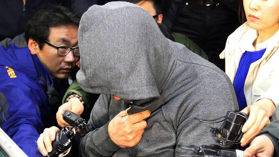 """Lee Joon-Seok, capitão da balsa sul-coreana """"Sewol"""", que afundou no litoral do país, é apresentado na delegacia da cidade de Mokpo, nesta quinta-feira (17)"""