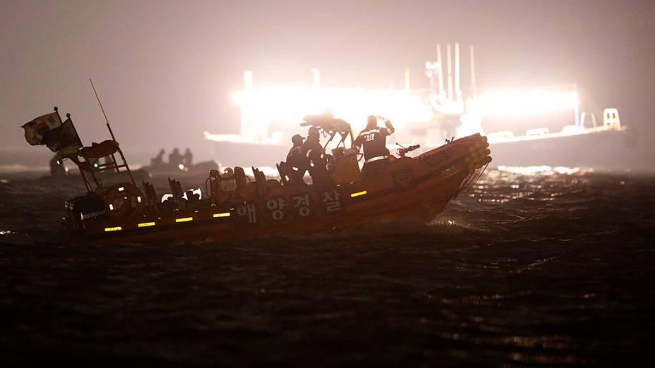 Equipes de resgate operam na região onde uma balsa de passageiros naufragou em Jindo, na Coreia do Sul