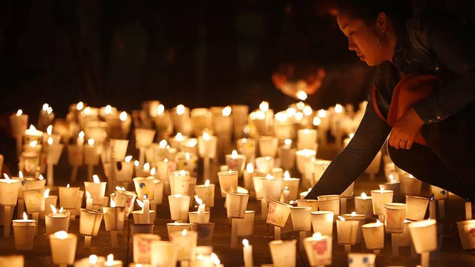 Mulher atende uma vigília à luz de velas em Ansan, para homenagear as vítimas da balsa de passageiros que naufragou na Coreia do Sul