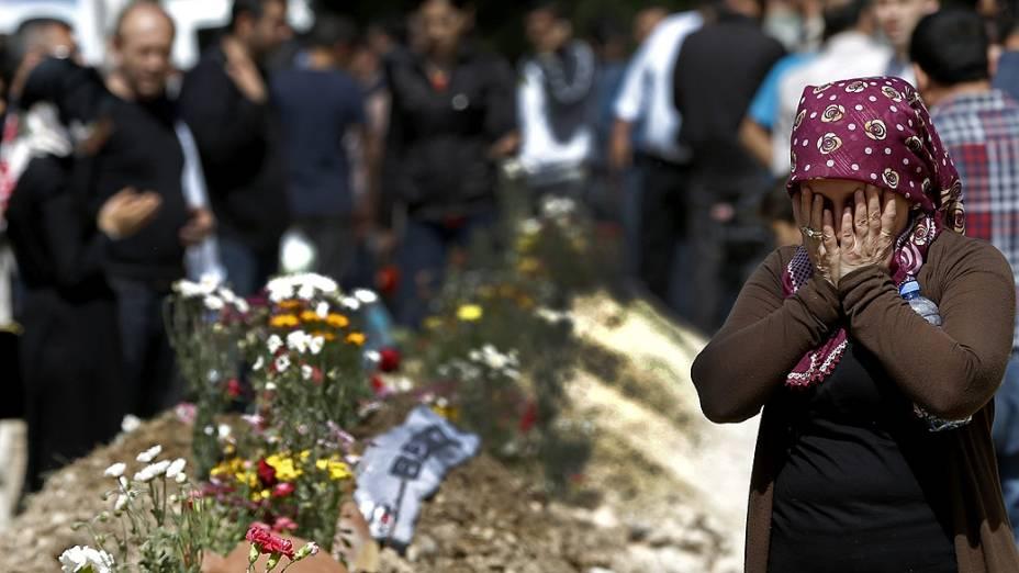 Familiares choram durante o enterro das vítimas em explosão de mina na Turquia