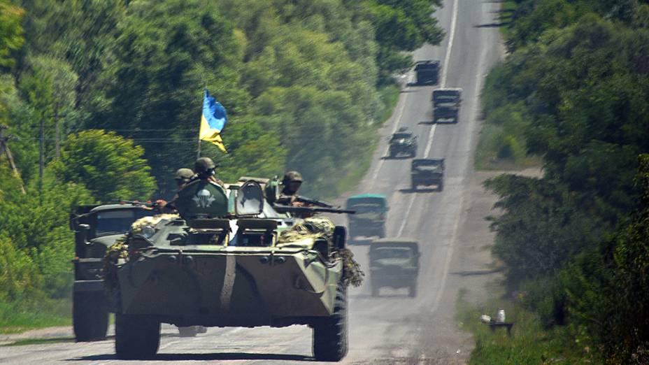 Forças ucranianas se deslocam para o norte da região de Donetsk para participar de uma operação anti-terrorista contra os rebeldes pró-Kremlin