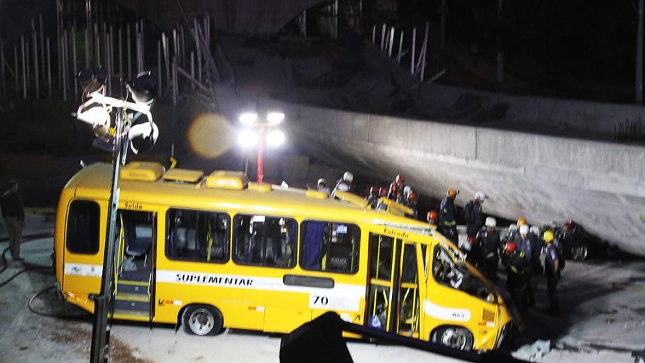 <p>O viaduto, que estava em construção desabou sobre parte de um ônibus, vários caminhões e um veículo que trafegava na Avenida Dom Pedro I, no bairro São João Batista, em Belo Horizonte</p>
