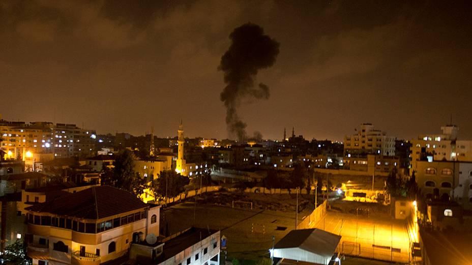 Nuvem de fumaça vista após um ataque com mísseis israelenses que atingiram a Cidade de Gaza