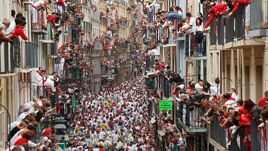 Milhares de foliões participa da corrida de touros na Calle Estafeta durante o Festival de São Firmino, na cidade espanhola de Pamplona