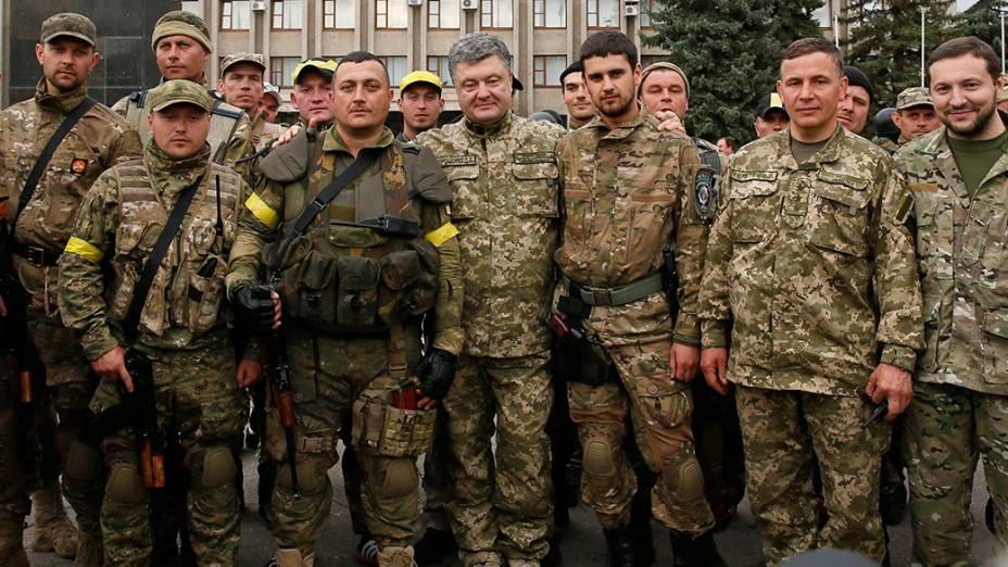 O presidente ucraniano, Petro Poroshenko, com os membros do esquadrão especial da polícia nacional, na cidade de Slaviansk; O Governo da Ucrânia mantém pressão militar contra os rebeldes pró-Rússia, exigindo que os separatistas deponham as armas