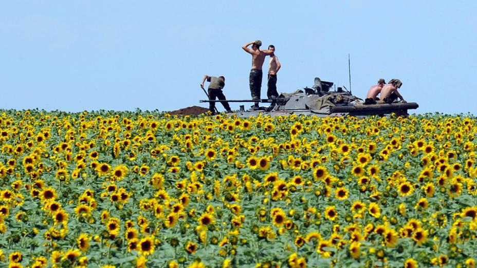 Soldados do governo ucraniano assumem posição em um campo do girassol cerca de 20 km ao sul de Donetsk; A ação integra parte de uma campanha para cercar a cidade e a vizinha, Lugansk, que também é controlada por separatistas pró-Rússia