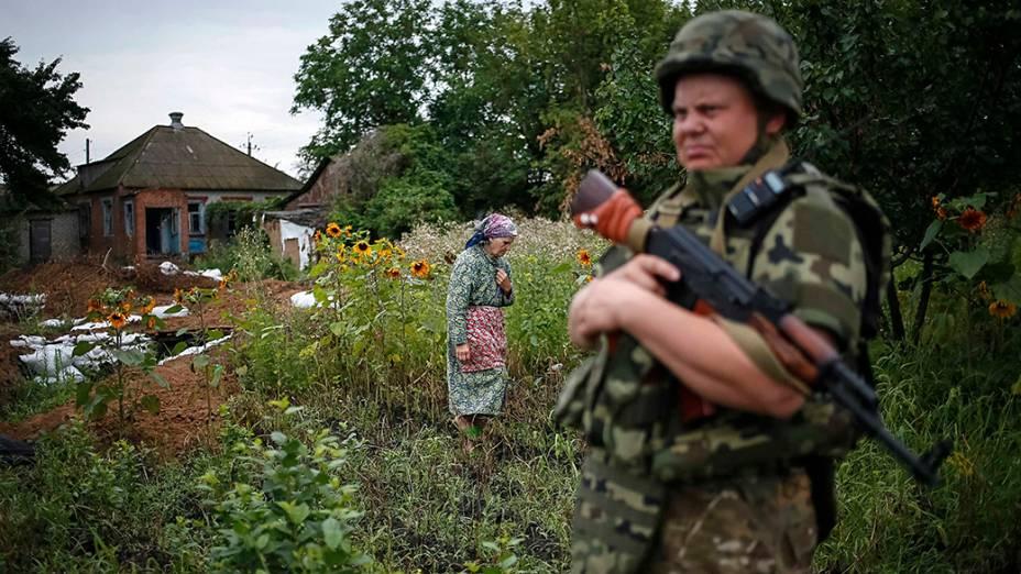 Membro da força-tarefa especial da polícia ucraniana Kiev-1 patrulha a aldeia ucraniana de Semenovka perto Sloviansk