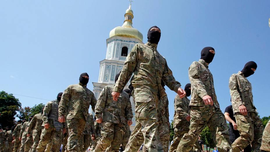 Novos voluntários do batalhão de defesa ucraniano Azov, são vistos em frente a Catedral de Santa Sofia, antes do juramento de fidelidade ao país, em Kiev; Os voluntários partirão em seguida para a Ucrânia oriental