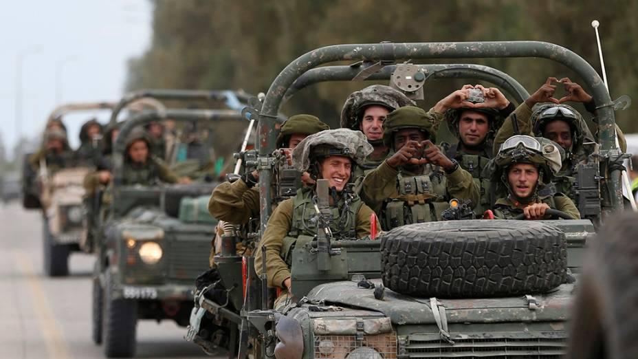 Soldados do exército israelense são vistosperto de Sufa, no sul da Faixa de Gaza.Palestinos tiveram, nesta quinta-feira (17), cinco horas de trégua humanitária devido a um acordo entreIsrael eo Hamas. A intensificação dosconflitos na região já duradez dias