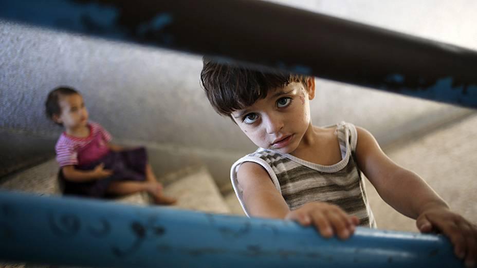 Crianças brincam em uma escola administrada pela ONU que se transformou em um abrigo improvisado na cidade de Gaza