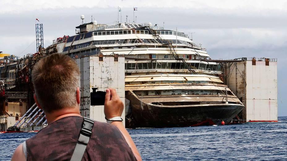 O navio de cruzeiro Costa Concordia é fotografado por turista durante operação de desencalhe, em Giglio, na Itália. Segundo informaram as autoridades, os restos da embarcação estão quase prontos para serem rebocados para longe da ilha italiana, onde atingiu uma rocha e naufragou dois anos e meio atrás, matando 32 pessoas