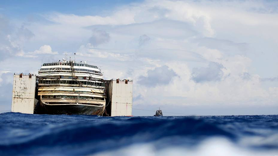 O cruzeiro Costa Concordia é visto durante a operação de desencalhe no porto de Giglio, na Itália