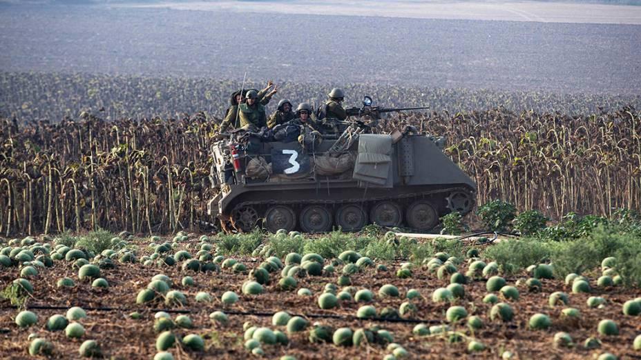 Soldados israelenses são vistos sobre um tanque de guerra,aonorte da Faixa de Gaza. O conflito na região já dura três semanas e o número de mortos já passou de 500. Autoridades internacionais pressionam Israel para um cessar-fogo imediato