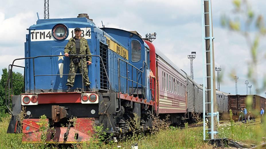 Comboio que transportava os corpos recuperados do vôo abatido da Malaysia Airlines chega à cidade de Kharkiv, na Ucrânia