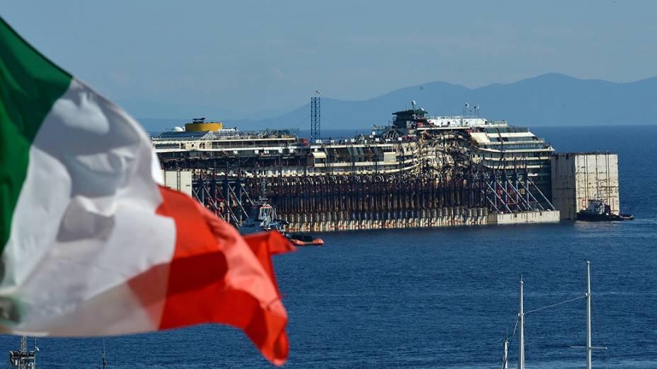 Na Itália, os restos do navio Costa Concordia, naufragado em 2012, são retirados do mar, em frente ao porto de Isola del Giglio, região central do país