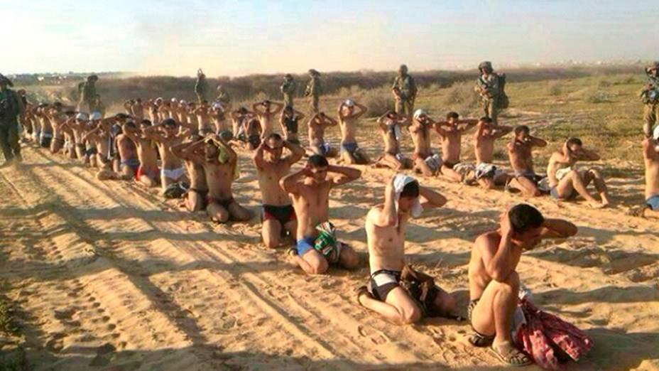 Soldados israelenses observampalestinos capturados durante uma ofensiva militar na Faixa de Gaza, em 24/07/2014