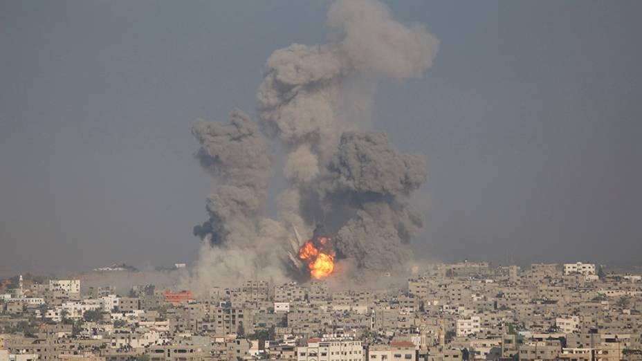 Muita fumaça é vista sobre Cidade de Gaza após um borbadeio israelense, em 29/07/2014. A única usina elétrica que ainda funcionava na região também foi bombardeada nesta manhã (29). Os conflitos que já passam de três semanas não apontam para um cessar-fogo