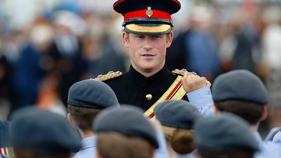 Príncipe Harry conversa com cadetes durante cerimônia para marcar o centésimo aniversário da eclosão da Primeira Guerra Mundial, em Folkestone, no sul da Inglaterra