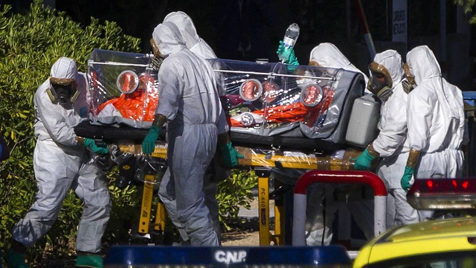 Religiosos Miguel Pajares, o primeiro espanhol infectado com o Ebola, e a missionária Juliana Bohi, na chegada ao hospital Carlos III em Madri, onde receberão tratamento
