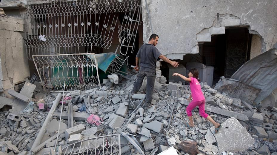 Em Gaza, moradores passam por escombros após ataque israelense