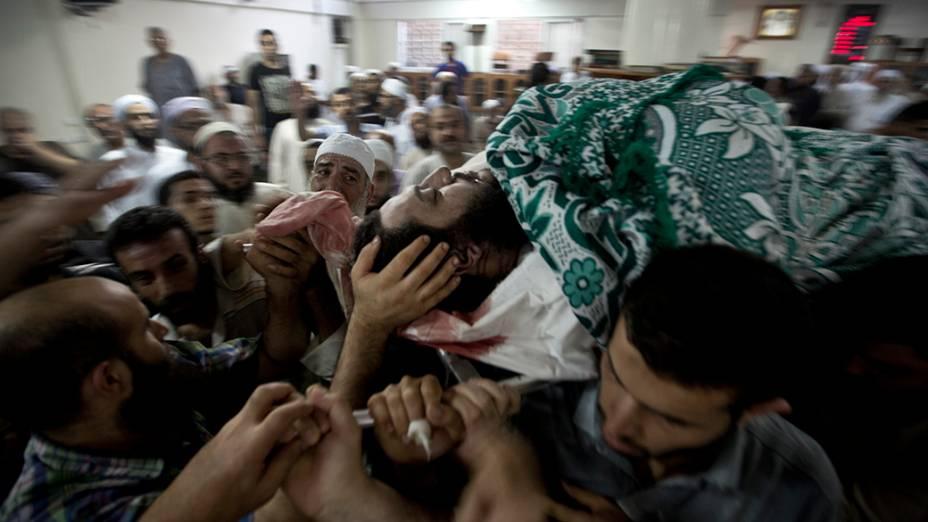 Palestinos carregam o corpo de Basim Hijazi, 36, morto em um ataque israelense na cidade de Gaza,em 25/08/2014