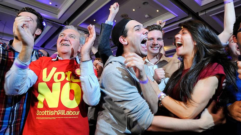 Escoceses favoráveis à permanência do país no Reino Unido celebram após o anúncio de que o voto Não venceu o plebiscito da independência da Escócia