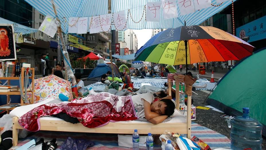 Estudante monta acampamento em rodovia de Hong Kong, em 10/10/2014