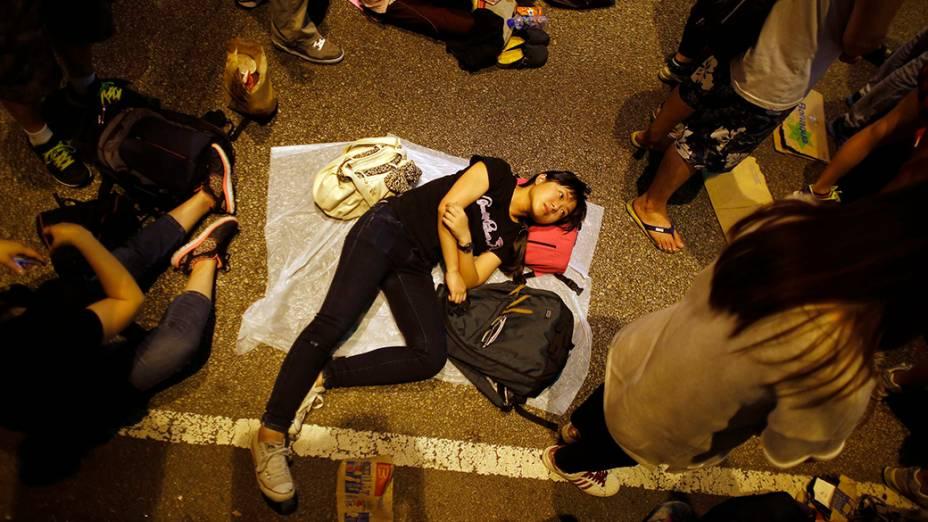 Manifestante escuta comício em frente a sede do governo de Hong KOng