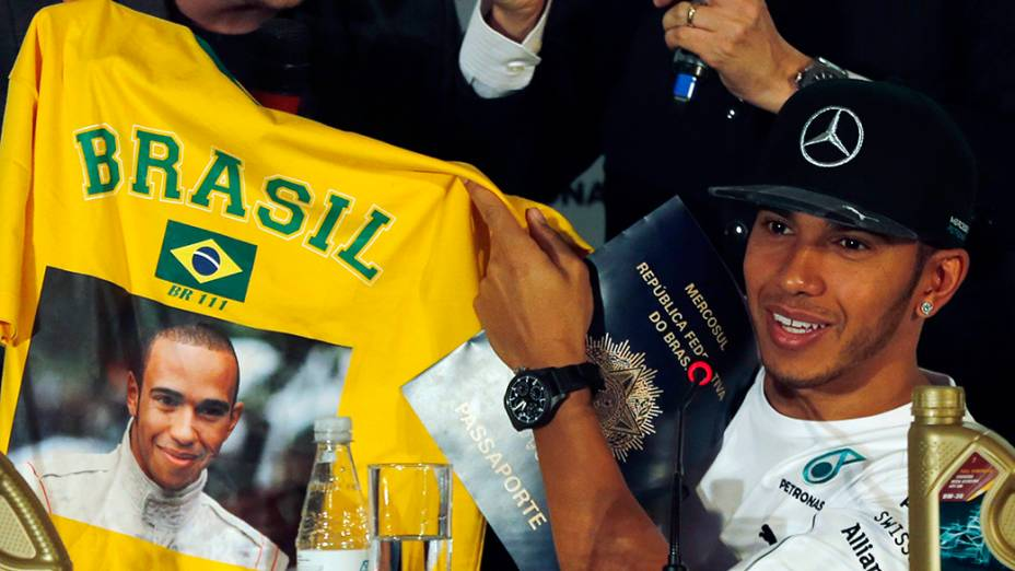 O piloto Lewis Hamilton recebe camisa personalizada durante coletva em São Paulo