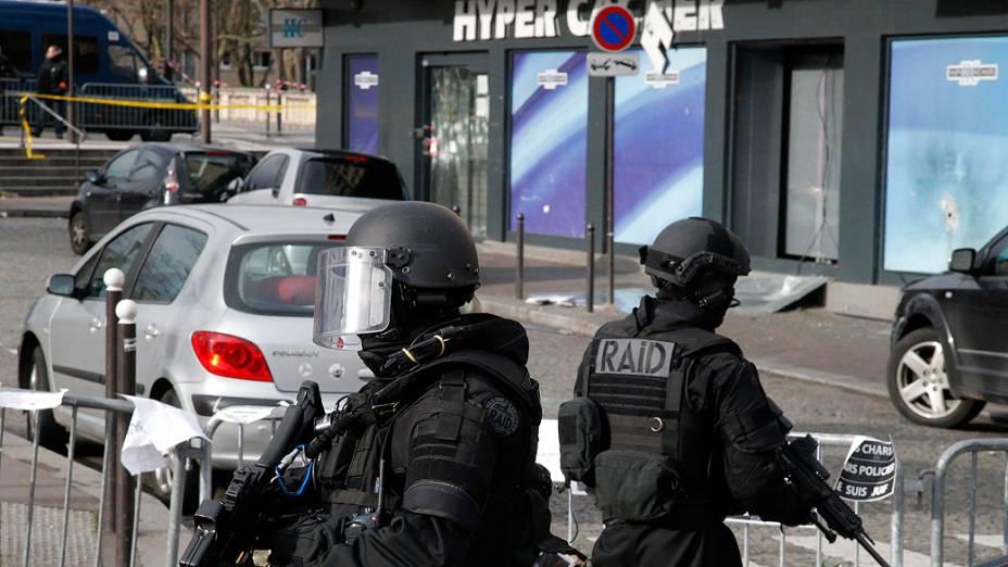 Policiais de elite reforçam a segurança fora do mercado kosher onde quatro reféns foram mortos e, pouco antes da visita do primeiro-ministro israelense Benjamin Netanyahu em Paris, na França