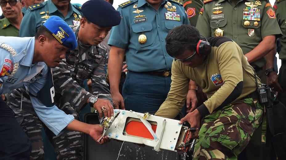 Mergulhadores indonésios recuperaram nesta segunda-feira (12) uma das duas caixas-pretas, com os dados do voo do avião da AirAsia acidentado no mar de Java, em 28 de dezembro passado, com 162 pessoas a bordo