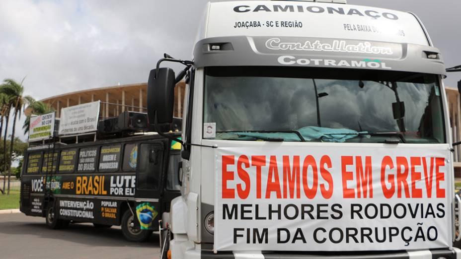 Concentração de caminhoneiros no estacionamento do Estádio Mané Garrincha, em Brasília - 03/03/2015
