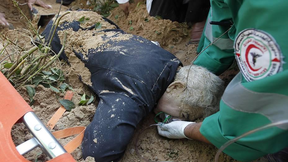 Paramédicos palestinos atendem homem ferido em ataque israelense em Gaza