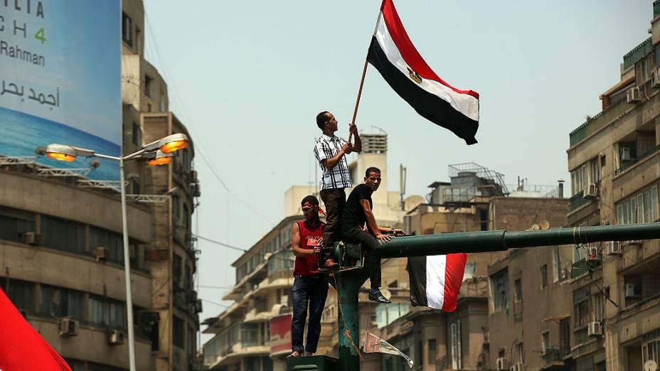 Manifestantes se reunem na praça Tahrir nesta quarta-feira (03), no prazo dado pelos militares para o presidente egípcio, Mohammed Morsi, renunciar, no Cairo, Egito