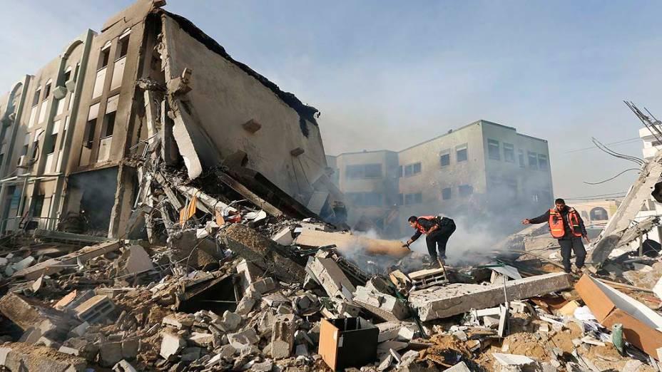 Bombeiros palestinos tentam apagar incêndio após ataque aéreo israelense contra o edifício do Ministério do Interior, na cidade de Gaza