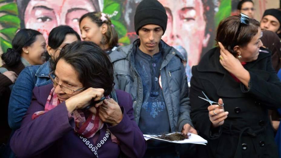 Egípcias cortam o cabelo em manifestação contra o novo projeto de Constituição. A oposição vê a nova proposta como um enfraquecimento do dos direitos humanos, especialmente os das mulheres