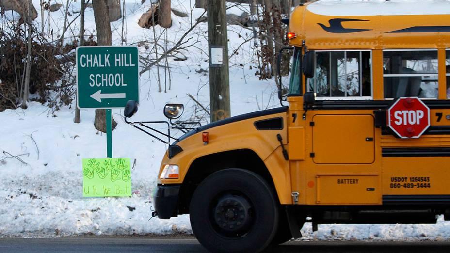 Ônibus escolar segue para entrada da escola Chalk Hill, em Monroe, no Estado americano de Connecticut, onde alunos da escola Sandy Hook, local em que 26 pessoas foram mortas no dia 14 de dezembro, voltam às aulas nesta quinta-feira (3)
