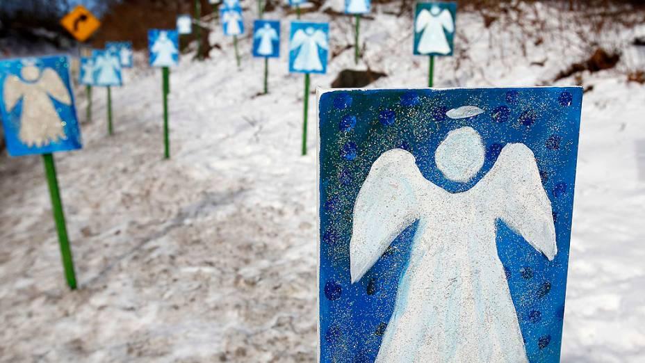 Pinturas de anjos no caminho para a escola Chalk Hill, que receberá os alunos de Sandy Hook