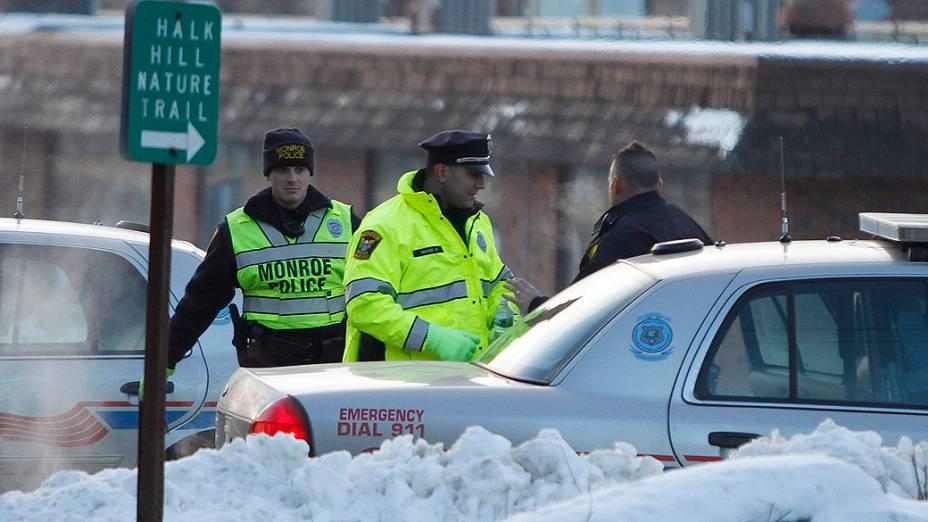 Movimentação na entrada da escola Chalk Hill, em Monroe, no estado americano de Connecticut, que receberá alunos da escola Sandy Hook, local em que 26 pessoas foram mortas no dia 14 de dezembro