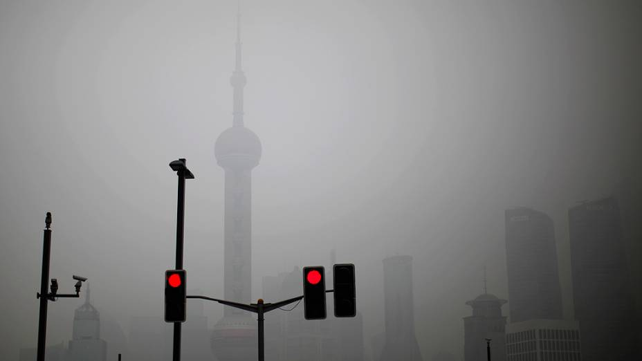 Neblina cobre a Oriental Pearl Tower no centro de Xangai, na manhã desta quinta-feira (24)