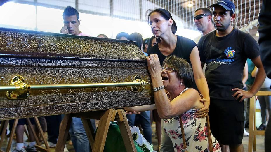 Parentes de vítima de tragédia em Santa Maria choram ao lado de caixão