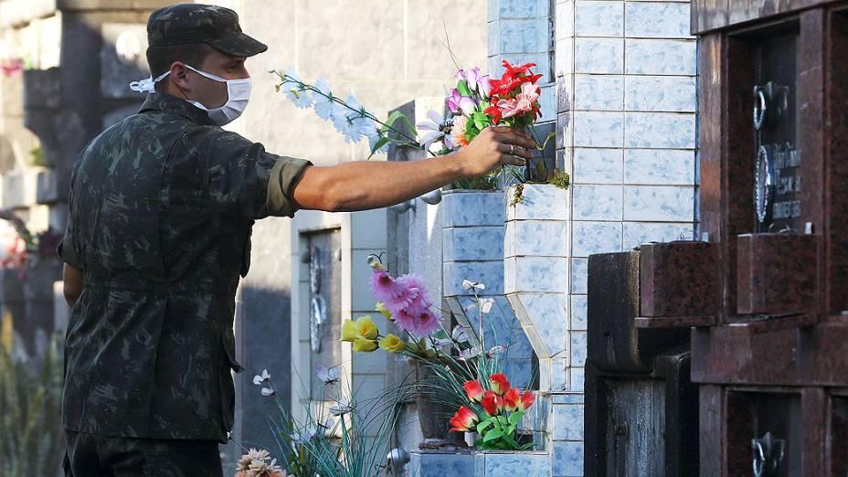 Soldados do Exército colocam flores no local onde serão enterrados os corpos de parte das vítimas do incêndio em uma boate na cidade de Santa Maria (RS)