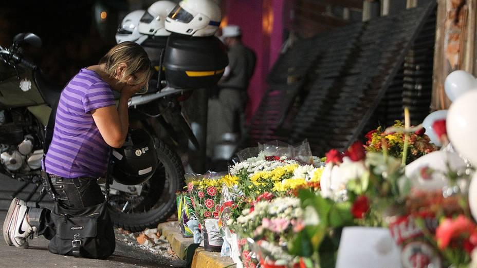 Moradores deixam flores em frente à Boate Kiss, onde 231 pessoas morreram e centenas ficaram feridas por causa de um incêndio