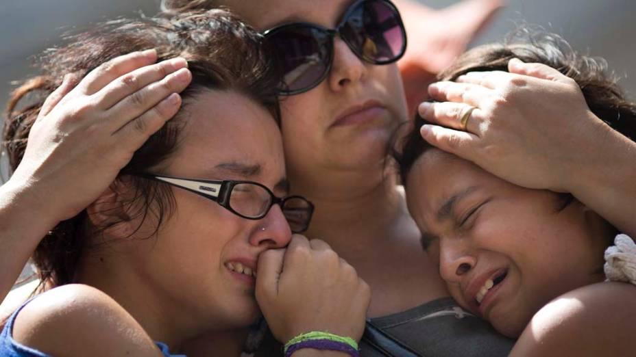 Jovens se emocionam durante caminhada em memória às vítimas de um incêndio na boate Kiss