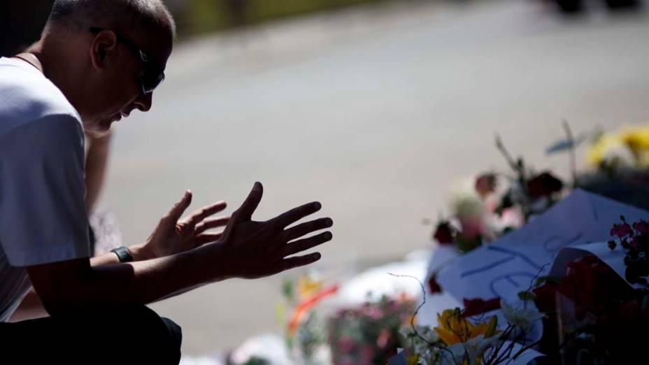 Homem reza pelas vítimas da tragédia, em Santa Maria