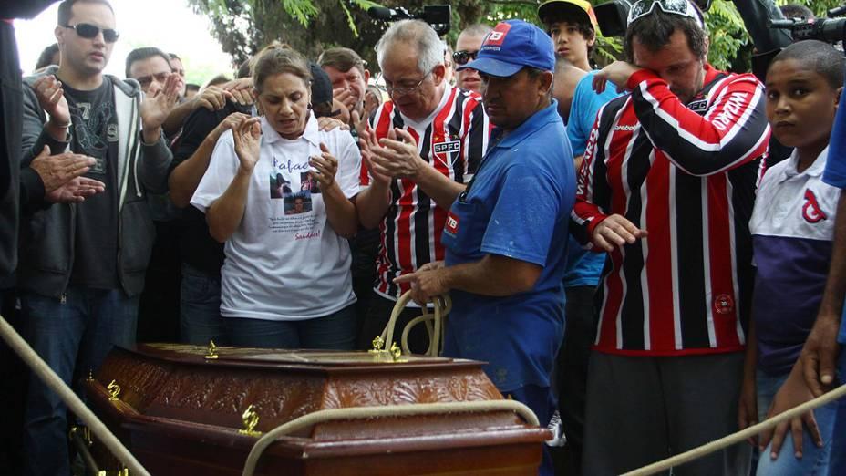 Paulista morto em incêndio é enterrado em cemitério na Grande SP