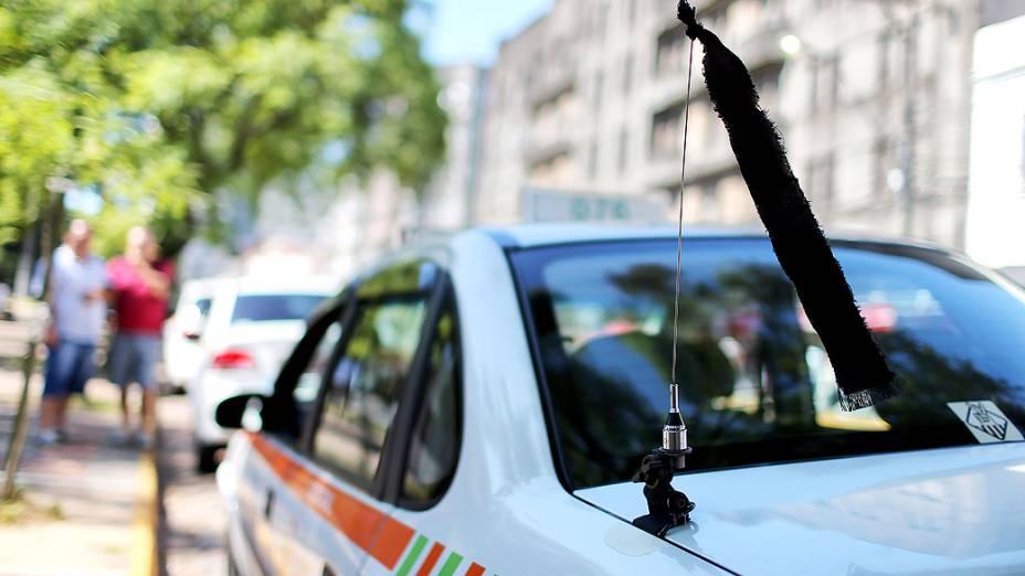 Fitas pretas são penduradas nas antenas de automóveis em Santa Maria (RS), em sinal de luto pelo incêndio na boate Kiss